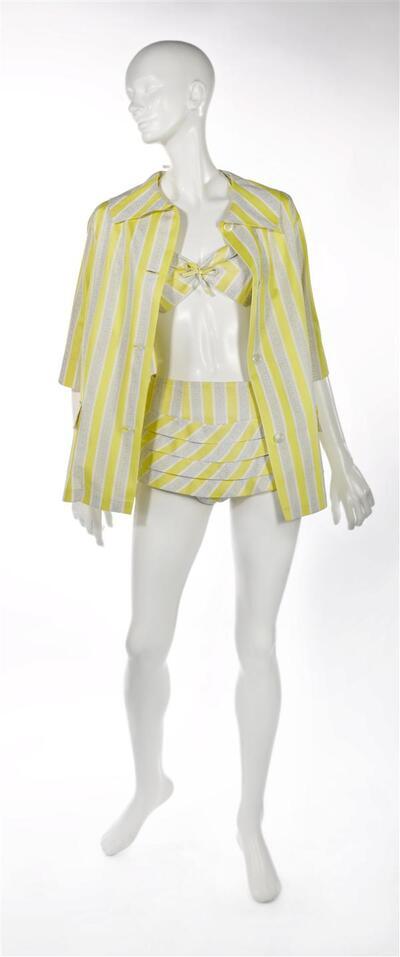 Driedelige vrouwenstrandset, bestaande uit een vrouwenstrandjasje en een tweedelig badpak