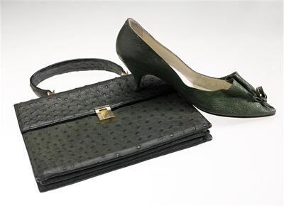 Handtas van groen struisvogelleer. Rechthoekig model met hengselaanhechtingen en slot van metaal. 2 vakken en 1 middenvak met rits