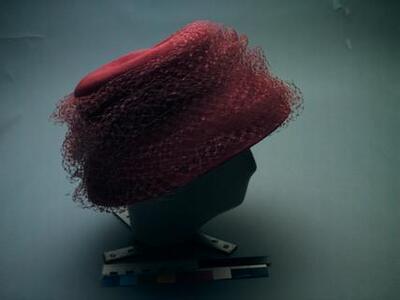 Vrouwenhoed van rozerood gevlochten stro