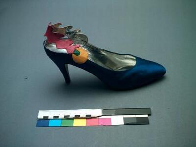 1 paar pumps van blauw satijn met abstracte versiering van rood