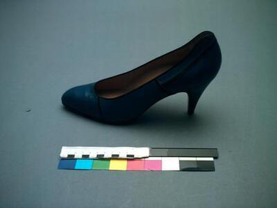 1 paar pumps van blauw leer met zwarte biezen. Model met naaldhak