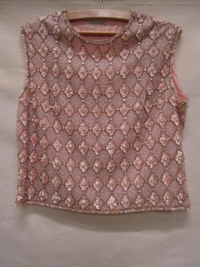 Avondhes van tule en roze zijden organza met handgeborduurd ruitpatroon van witte en grijze glaskralen