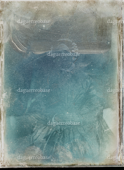 Daguerreotypiet var plassert i plateboksen til daguerreotypikameraet (NTM 6780) som ble kjøpt av Universitetet i Christiania i 1843. Gjenstanden er ikke montert./ The daguerreotype was placed in the plate box to the camera (NTM 6780) bought by the University in Christiania (Oslo) in 1843. The object has no housing.