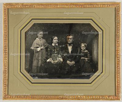 Familienbild, Vater mit seinen drei Töchtern, die um ihn herum gruppiert sind. Die Älteste sitzt neben ihm, links und rechts stehen die beiden andern Töchter, Dreiviertelfigur.
