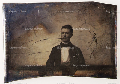 Ett i en serie (NTM 4311) på 24 daguerreotypier fra fotograf Severin Worm-Petersen innkommet i 1936. En bar plate, uten innfatning, grovt klippet. Antatt å være en prøve, kanskje utført av Worm-Petersen selv mens han var lærling hos Johannes Lindegaard i Christiania i 1872-1877. Han sies å ha lært daguerreotypering av Lindegaard. https://nbl.snl.no/Severin_Worm-Petersen One of 24 daguerreotypes (NTM 4311) accessed from the photographer Severin Worm-Petersen in 1936. The object has no housing. It might be a test, maybe made by Worm-Petersen himself while he was apprentice by photographer Johannes Lindegaard i Christiania in 1872-1877. It is said that he learned daguerreotyping by Lindegaard. https://nbl.snl.no/Severin_Worm-Petersen