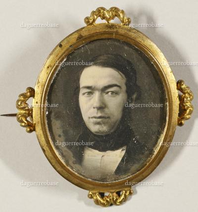 Brustbild eines jungen Mannes mit schwarzem Binder.