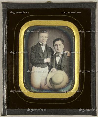Zwei Jungen, der Ältere sitzend mit einem Strohhut in der Hand, der Jüngere neben ihm stehend, seinen Bruder(?) umarmend, Halbfigur.