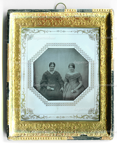 [Porträt zweier Frauen]