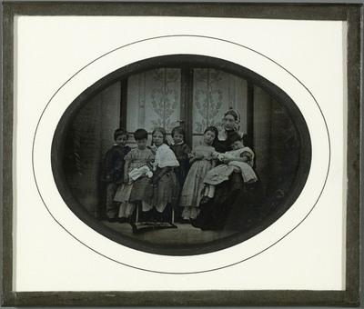 Portrait de groupe, Madame Cayla Beaumont avec ses enfants et les enfants Eynard Agrandir l'image  Ajouter au panier