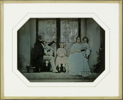 Gilly (VD), Jean-Gabriel Eynard et ses petits enfants Hilda, Gabriel et Féodor et Mathilde Odier. Coloré à la main.