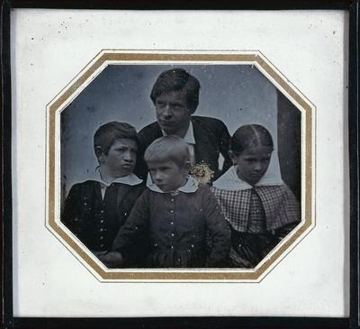 Vater mit drei Kindern