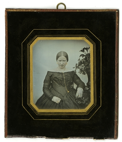 Portrett av sittende ung kvinne, antagelig Henriette Marie Homann f. Biørn (1831-1866). Portrait of a seated young woman, probably Henriette Marie Homann b. Biørn (1831-1866)