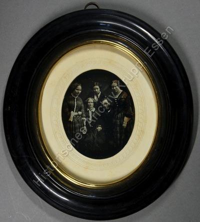 Familienportrait des Oberforstmeisters von Wintzingerode mit seiner Frau und den drei Töchtern hinter den sitzenden Eltern stehend.