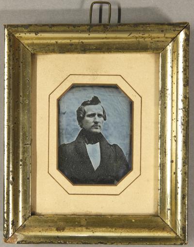 Mann mit hochgestylten Haaren, Brustportrait.