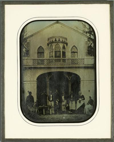 Beaulieu, portrait collectif des domestiques devant la volière de la propriété de la famille Eynard.