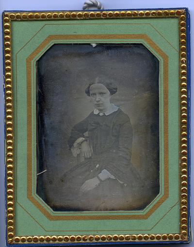 Muotokuvassa Maria Augusta Borg. s. Appelgren, pormestarin vaimo. Äiti Sofia Magdalena Frosterus (s. 29.3.1804, k.16.10.1872), joka oli Pulkkilan kappalaisen tytär. Vrt. Pohjois-pohjanmaan museo, ppmv2014016_1.  Portrait of Maria Augusta Borg, f. Appelgren, mayor's wife. Dother of  Sofia Magdalena Frosterus (f. 29.3.1804, d. 16.10.1872), who was a dother of chaplain in Pulkkila.