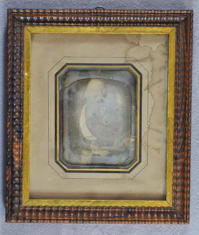 Daguerrotypi fra fra et malt portrett, Gimle Gård.  Ukjent mann i uniform. Muligens avfotografert maleri? (fuktskadet) Kan dette være Christian Ditlev Adolph Arenfeldt (1758-1833) ? (han har Danebrogorden, men dansk uniform, og maleriet er trolig fra ca 1830/40