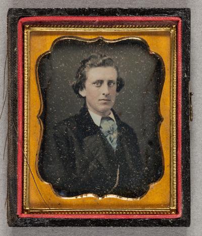 Nuoren miehen muotokuva, käsin väritetty, heleät värit.