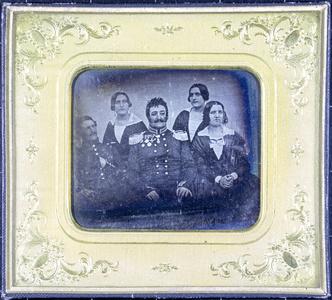 Gruppe mit 5 Personen, zwei Männer in Uniformen und drei Frauen.