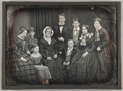 Familienbild Mollwo mit 9 Personen stehend und sitzend, Ganzfigur.