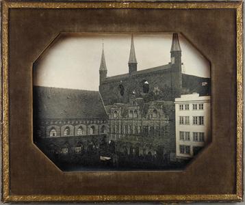 Stadtbild, Nordecke Kohlmarkt mit Langem Haus und Rathaus. Vor dem Rathaus eine kleine Holzbude.
