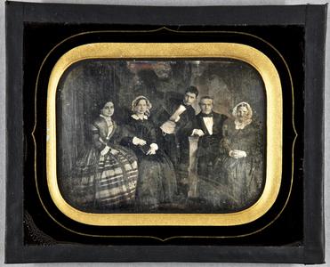 Familienbild mit 5 Personen, Ehepaar mit zwei Kindern und der Großmutter. Der Sohn steht in der Mitte, seitlich gebeugt, den Ellenbogen auf einer Balustrade abgestützt.