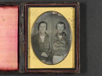 Portrett av to unge menn i silkevest, jakke og sløyfe. Portrait of two young men, each wearing a silk waistcoat, jacket and bow tie.