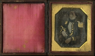 Jacob Kielland (1825-1889) iført uniform. Han har et sverd i hånden.    Jacob Kielland (1825-1889) in uniform. He holds a sword.