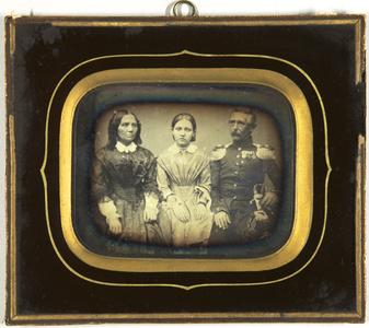 Eltern mit ihrer Tochter in der Mitte. Der Mann in Uniform und seinem Säbel an der Seite, Halbfigur, sitzend.