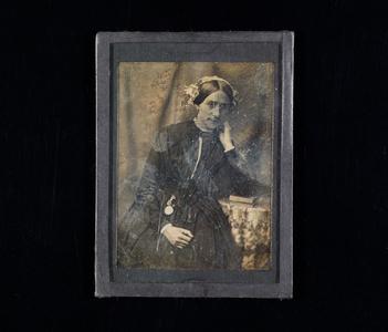 Ett i en serie (NTM 4311) på 24 daguerreotypier fra fotograf Severin Worm-Petersen innkommet i 1936. Innrammingen er ikke original (kan stamme fra Norsk Teknisk Museum eller andre). Utklipp av en norsk avis er en del av daguerreotypiets montering, og er synlig på baksiden. Daguerreotypiets overflate er oppripet.Feil museumsnummer skrevet på baksiden./ One of 24 daguerreotypes (NTM 4311) accessed from the photographer Severin Worm-Petersen in 1936. Framing not original (could be by Norwegian Museum of Science and Technology or other). A part of a Norwegian newspaper is used for mounting the daguerreotype and is visible on the back side. The surface of the daguerreotype is scratched.Wrong museums number written on the backside.