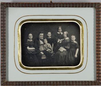 Familienaufnahme mit 7 Personen, 2 Frauen, 1 Mann, 4 Kinder.