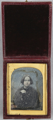 Junge Frau sitzend, Brustportrait, kolorierter Hintergrund.