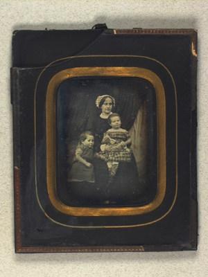 Gruppeportræt af Franziska Reimer og hendes børn Franz og Bertha