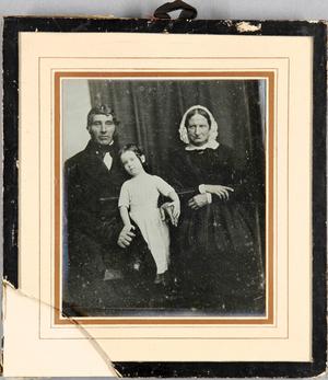 Großeltern, die Frau mit weißer Haube, mit ihrer Enkeltochter.