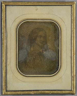 Gemäldereproduktion einer jungen Frau, seitlich gedrehtem Kopf, Brustportrait.
