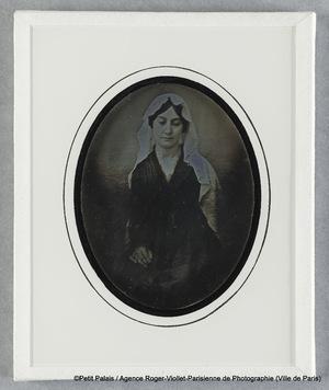 Mme Riesener, avec mantille blanche