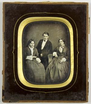 Zwei Frauen und einem jungen Mann in ihrer Mitte sitzend, Geschwister, Ganzfigur.