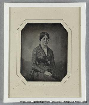 Mme Riesener, sans mantille, en robe foncée