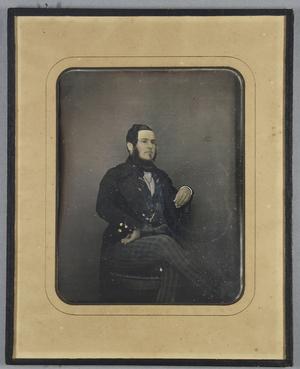 Seitlich auf einem Stuhl sitzender Mann in karierter Hose und Weste mit Gehrock vor einem neutralen Hintergrund, Ganzfigur, teilkoloriert.