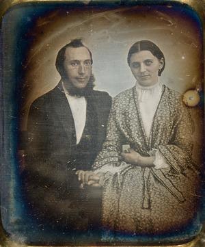 Portrett av ukjent kvinne og mann. Portrait of woman and man holding hands.