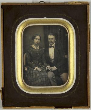 Junges Paar sitzend und die Hände haltend, Dreiviertel.