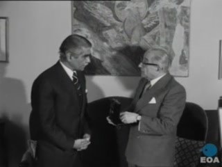 Επίδοση αναμνηστικού μεταλλίου για την 100ή επέτειο της ανακήρυξης του κράτους του Πακιστάν από τον Πρέσβη του Πακιστάν στην Ελλάδα Γκιούλ Χασάν προς τον Πρόεδρο της Δημοκρατίας Κωνσταντίνο Τσάτσο.