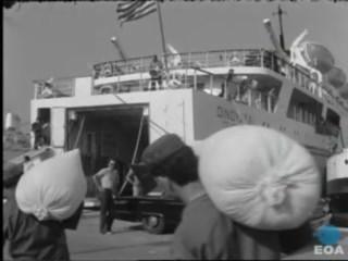 Φόρτωση εφοδίων στο οχηματαγωγό πλοίο Οινούσσαι στο λιμάνι του Πειραιά με προορισμό την Κύπρο.