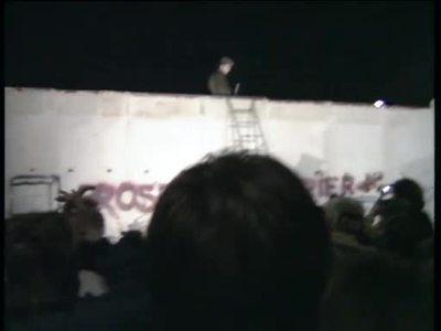 Polizisten auf der Mauer