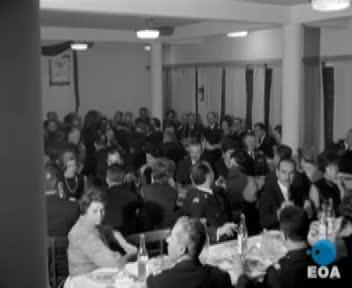Συνεστίαση στην Αστυνομική Διεύθυνση Πειραιά παρουσία του Υπουργού Δημοσίας Τάξεως Παύλου Τοτόμη και βράβευση του καλύτερου τροχονόμου του 1967 από τη Λέσχη Λάιονς στο ξενοδοχείο «Μεγάλη Βρεταννία»