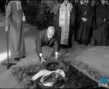 Κατάθεση στεφάνου στο Μνημείο του Άγνωστου Στρατιώτη στο Αβαείο του Γουεστμίνστερ του Λονδίνου από τον Πρωθυπουργό Κωνσταντίνο Καραμανλή