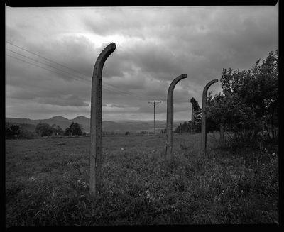Miedzianka - resztki ogrodzenia ujęcia wody - widok na Sokoliki [Dokument ikonograficzny]