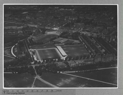 Københavns Idrætspark set mod nordøst med lægeforeningens boliger og Skt. Jakobs Kirke