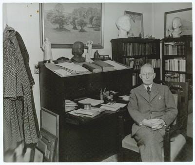 Johannes V. Jensen ved sin skrivepult i arbejdsværelset på Rahbeks Allé