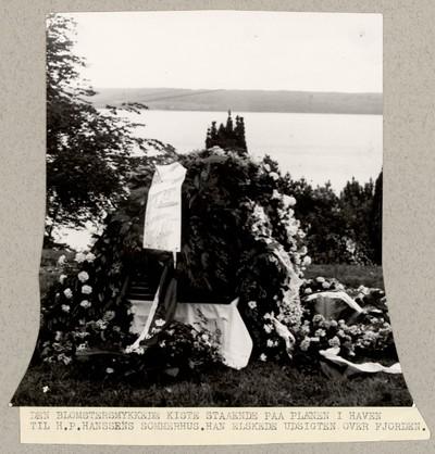 Den blomstersmykkede Kiste staaende paa Plænen i Haven til H. P. Hanssens Sommerhus
